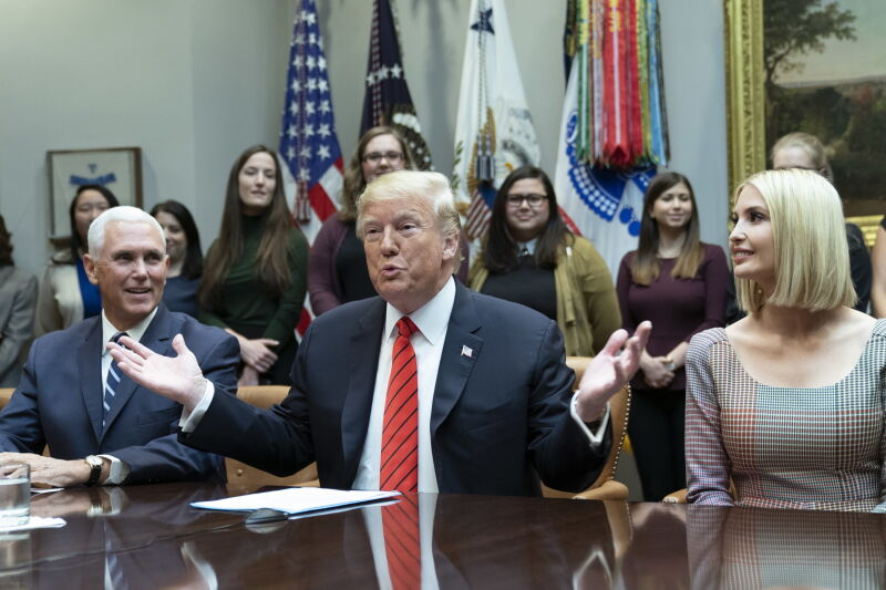Donald Trump, Mike Pence i Ivanka Trump gratulują astronautkom (PAP/EPA/Chris Kleponis/POOL)