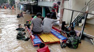 Ponad tysiąc osób w stolicy Indonezji ewakuowanych w wyniku powodzi