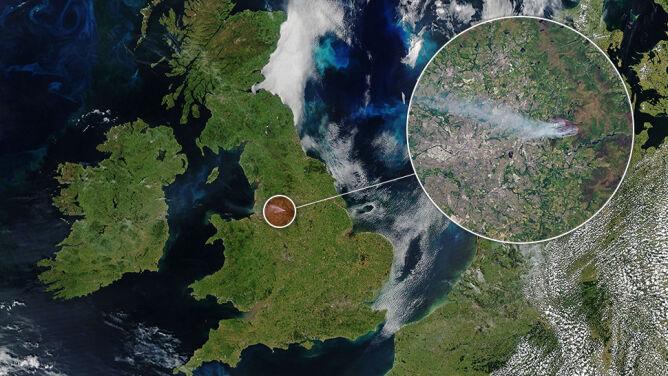 Niecodzienne zdjęcie satelitarne. Bezchmurne niebo nad Wyspami, a w centrum lądu dym